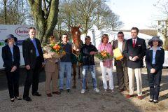 Der von Etürk Kurdu (3. v. l.) trainierte Big Hunter ist der 'NRZ-Galopper des Jahres 2011'. www.duesseldorf-galopp.de - Tuchel