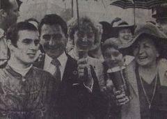 Derbyjubel 1978 Heinz Harzheim (2.v.l.) freut sich mit seiner Schwester Friederike Leisten, deren Sohn Heiner und seiner Mutter Mechthild (r.) und Jockey Bernd Selle über Zauberers Derby-Erfolg. www.galopp-hamburg.de