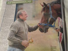 Die Überschrift täuscht: Die australische Rennsportpresse berichtet hier vom Abschied des Trainers von seinem Schützling Protectionist mit dem Mini-Melbourne-Cup in der Hand. Das Trainerehepaar bleibt für noch einige (Urlaubs-)Tage in Australien.