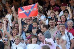 Die deutsche Fan-Gemeinde auf der Tribüne in Longchamp bejubelt Danedream bei ihrem Arc-Sieg. www.galoppfoto.de