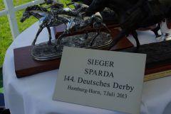 Die Preise für den Sieger im SPARDA 144. Deutschen Derby. www.dequia.de