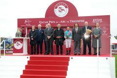 Die Siegerehrung nach dem 97. Prix de l'Arc de Triomphe für die Entourage der Siegerin Enable mit Frankie Dettori. www.galoppfoto.de - Frank Sorge