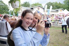 Die stolzen Züchter machten Fotos für Familienalbum: Julia Baum mit Tochter Alicia freuen sich über Kiss me Kates Sieg. www.dequia.de