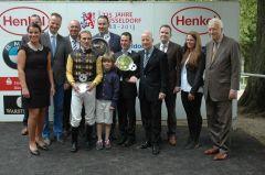 Siegerehrung mit Andrasch Starke, Gregot Baum, Trainer Paul Harley und Peter M. Endres, Präsident Düsseldorfer Rennverin. Foto Gabriele Suhr