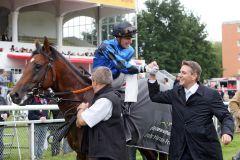 Gratulation von Trainer Markus Klug an Jockey Martin Seidl. www.galoppfoto.de