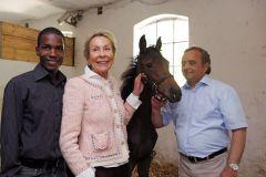 Eduardo Pedroza, Edda Darboven und Andeas Woehler (von links) mit Koffi Cherie im Portait. www.galoppfoto.de - Frank Sorge