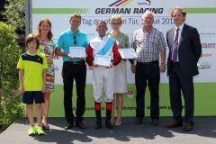 Ehrenpreisübergabe für die erfolgreiche Züchterin und Besitzerin von Millowitsch, Dr. Alexandra Margarete Renz (links), Trainer Markus Klug (2.v.l.) und Jockey Andreas Helf