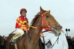 Eine strahlende Olga Laznovksa nach dem zweiten Sieg mit Amanjena innerhalb von sechs Tagen, der ihr die begehrte Perlenkette bescherte. www.klatuso.com