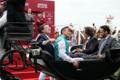 Die obligatorische Siegerfahrt mit der Kutsche für das Gewinnerteam um Enable. Foto: Dr. Jens Fuchs