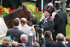 Frankel mit seinem Trainer Sir Henry Cecil nach dem Erfolg in den Queen Anne Stakes. www.galoppfoto.de - Frank Sorge