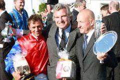 Fredrik Johansson, Georg Baron von Ullmann und Jens Hirschberger (von links) nach dem Sieg im IDEE 140. Deutschen Derby. www.galoppfoto.de - Frank Sorge