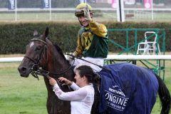 Freut sich über den größten Sieg seiner Karriere - Jockey Ian Ferguson und Iquitos nach dem Sieg im Großen Preis von Baden. www.galoppfoto.de - Sabine
