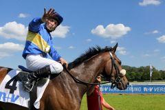 Für den Jockey Stephan Hellyn war es der fünfte Siegtreffer in Folge - für die Toylsome-Tochter Narita die Premiere. www.galoppfoto.de - Frank Sorge