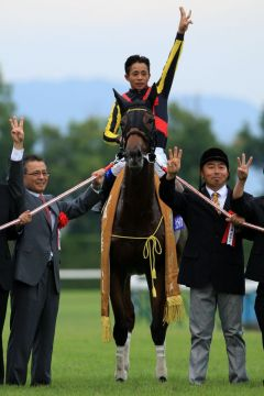 Gentildonna mit  Yasunari Iwata gewinnt nach der Triple-Crown auch den Japan-Cup. Foto (Archiv) nach dem Sieg in den Shuka Sho. www.shibashuji.com - Yasuo Ito