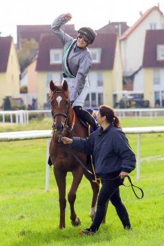 Der Sieger nach dem 200. Treffer kam im 200.000er-Rennen: Georgios mit Sibylle Vogt nach dem Erfolg im Ferdinand Leisten-Memorial, ©galoppfoto - Sabrina Doll