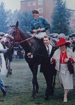 Gestüt Bonas Derbysieger 1978 mit Zauberer Am Zügel ist Heinz Harzheim mit seiner Mutter Mechthild Harzheim. Der siegreiche Jockey ist Bernd Selle, der uns dieses Foto zur Verfügung gestellt hat. Foto: Archiv