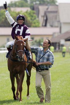 Und wieder jubelt Andreas Helfenbein ... Jockey im Glück auch mit Donnerschlag im Benazet-Rennen. www.galoppfoto.de - Sarah Bauer