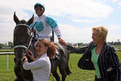 Gewinnt so ein Rennen auch nicht alle Tage - Trainerin Elfie Schnakenberg mit dem Siegerteam Quinindo und Adrie de Vries. www.galoppfoto.de - Sabine Brose