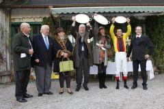 Glückliche Gewinner bei der Ehrenpreisübergabe nach dem BBAG-Auktionsrennen. Foto. www.galoppriem.de - turfcast