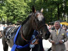Besitzer Georg Baron von Ullmann mit seinem Gr. I-Sieger Guiliani. Foto: Dr. Jens Fuchs