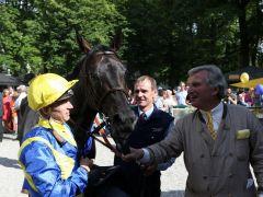 Besitzer Georg Baron von Ullmann mit seinem Gr. I-Sieger Guiliani und Jockey Filip Minarik. Foto: Dr. Jens Fuchs