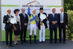 Siegerehrung für den Stall Ullmann, Jockey Filip Minarik und Trainer Jean-Pierre Carvalho. Foto: Dr. Jens Fuchs
