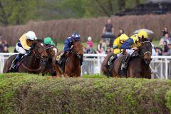 Hat das Kommando - Arles führt mit Jozef Bojko die Konkurrenz im gut besetzten Maidenrennen an. www.galoppfoto.de - Frank Sorge