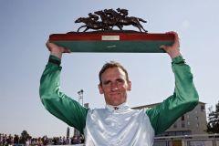 Hat schwer zu tragen am Ehrenpreis für seinen Derbysieg Nummer 6: Jockey Andrasch Starke. www.galoppfoto.de - Frank Sorge