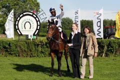 Hattrick perfekt - Altano mit Eduardo Pedroza und Besitzerin Dr. Ingrid Hornig nach dem 3. Erfolg im Oleander-Rennen. www.galoppfoto.de - Frank Sorge