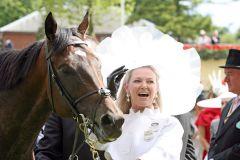 Henrythenavigator and Besitzerin Sue Magnier nach dem Sieg in den St James's Palace Stakes. www.galoppfoto.de