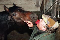 Hoppegarten, Trainer Martin Roelke fuettert Artan mit einem Apfel 1997. www.galoppfoto.de - Frank Sorge