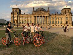 Vuer Herren auf Rädern am Samstag vor dem Reichstag. Nur einer hat dann auch am Sonntag ein Rennen gewonnen: Filip Minarik (li.). Foto: privat