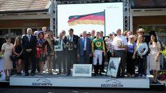 Auf dem Siegerehrungspodest wurde es nach dem Großen Preis der Badischen Wirtschaft voll: Der Stall Mulligan und das Team von Iquitos lassen sich feiern. Foto: Dr. Jens Fuchs