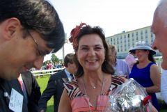 """Daytonas Züchterin und Besitzerin Janet Leve-Ostermann hatte die Idee mit dem Glücksbringer und steht zu ihrem Aberglauben: """"Ein Leben ohne Glanz ist doch langweilig. Deshalb schmücken wir auch unsere Pferde!"""""""