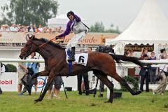 Der König des Deutschen Derbys Andrasch Starke gewann mit Stall Nizzas Nutan sein 7.  Blaues Band. www.galoppfoto.de - Sabine Brose