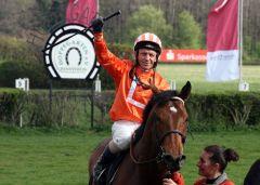 Jockey-Altmeister Viktor Schulepov auf Baschar in Siegerpose  nach seinem Außenseiter-Sieg im Preis von Dahlwitz 2012. www.hoppegarten.com - Sorge