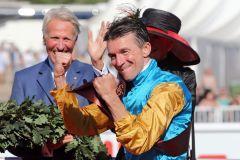 Endlich drin das Ding: Jockey Adrie de Vries nach dem Sieg im IDEE 149. Deutschen Derby. www.galoppfoto.de - Frank Sorge