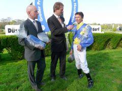 Jockey Adrie de Vries und Trainer Jens Hirschberger im Interview mit Daniel Delius. Foto Gabriele Suhr
