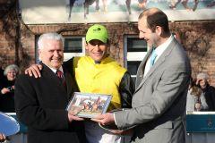 Jockey Alexander Pietsch mit seinem Vater Peter (links) und Frank Dorff vom Gestüt Röttgen nach dem Sieg mit Lacy. www.galoppfoto.de - Frank Sorge