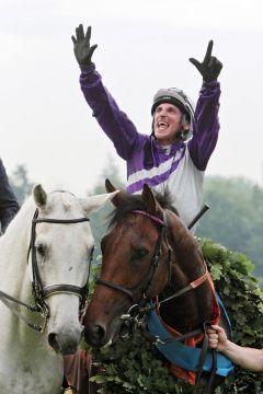 Jockey Andrasch Starke zeigt es an - Sieben Siege im Deutschen Derby, diesmal auf Nutan. www.galoppfoto.de - Frank Sorge