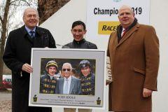Jockey Bauyrzhan Murzabayev wird von Dr. Michael Vesper (links) und Andreas Tiedtke zum Championjockey 2019 gekürt. www.galoppfoto.de - Stephanie Gruttmann