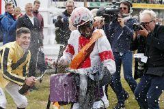 Nassgemacht ...Jockey Eduardo Pedroza entkommt der Sektdusche der Kollegen nicht, nachdem er im 16. Versuch mit Laccario endlich den 1. Derbysieg geschafft hat. www.galoppfoto.de - Sabine Brose