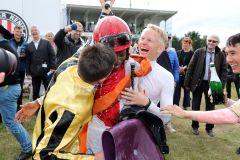 Jockey Eduardo Pedroza bekommt eine Sektdusche nach dem Sieg im IDEE 150. Deutschen Derby mit Laccario. www.galoppfoto.de