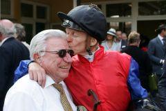Freude über den Sieg: Siegreiter Filip Minarik mit Jockey-Legende Hein Bollow. www.galoppfoto.de - Sarah Bauer 507B070615IFFEZHEIM
