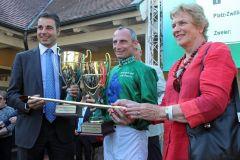 Jockey Gerald Mosse und Trainer Marco Botti mit der Goldenen Peitsche. www.galoppfoto.de - Frank Sorge
