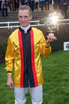 Freut sich über seinen ersten Gruppesieg in Deutschland: Der englische Gastjockey Jack Mitchell nach dem Erfolg mit Good Donna. www.galoppfoto.de - Frank Sorge