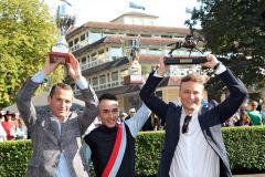 reuen sich über ihre 248:10-Siegerin Sky Full of Stars: Jockey Marc Lerner, Trainer Henk Grewe und Besitzer Holger Faust (von links) nach dem Sieg. www.galoppfoto.de - Frank Sorge