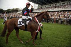 Unter dem Applaus von 20.000 Zuschauern: Jockey Mirco Demuro auf seiner siegreichen Stute Feodora. Foto: www.henkel.com