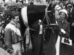 Ruth Delius freut sich über den Derbysieger Wilderer. Foto: Archiv Gestüt Ravensberg