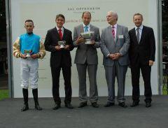 Siegerehrung mit Jockey Daniele Porcu, Trainer Markus Klug, Frank Dorff, Gestüt Röttgen. Foto: Gabriele Suhr